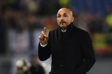 Roma's coach from Italy Luciano Spalletti gestures during the UEFA Champions League football match AS Roma vs Real Madrid on Frebruary 17, 2016 at the Olympic stadium in Rome.    AFP PHOTO / FILIPPO MONTEFORTE / AFP / FILIPPO MONTEFORTE        (Photo credit should read FILIPPO MONTEFORTE/AFP/Getty Images)