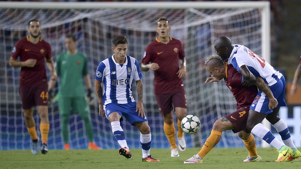 Roma's Belgian midfielder Radja Nainggolan (2nd R) vies for the ball with Porto's Portuguese midfielder Danilo (R) during the UEFA Champions League second leg play off football match between AS Roma and FC Porto on August 23, 2016 the Olympic Stadium in Rome. / AFP / FILIPPO MONTEFORTE        (Photo credit should read FILIPPO MONTEFORTE/AFP/Getty Images)