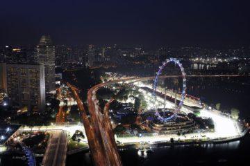 Il tratto finale del circuito di Singapore, con la ruota panoramica che sovrasta il paddock (foto da: hdmotori.it)