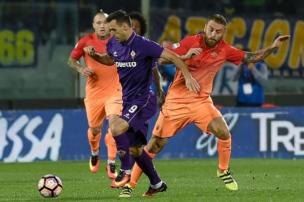 "Fiorentina's forward from Croazia Nikola Kalinic (L) fights for the ball against AS Roma's midfielder from Italy Daniele De Rossi during the Italian Serie A football match Fiorentina vs Roma, on September 18, 2016 at Florence's ""Artemio Franchi"" comunal stadium.   / AFP / ANDREAS SOLARO        (Photo credit should read ANDREAS SOLARO/AFP/Getty Images)"