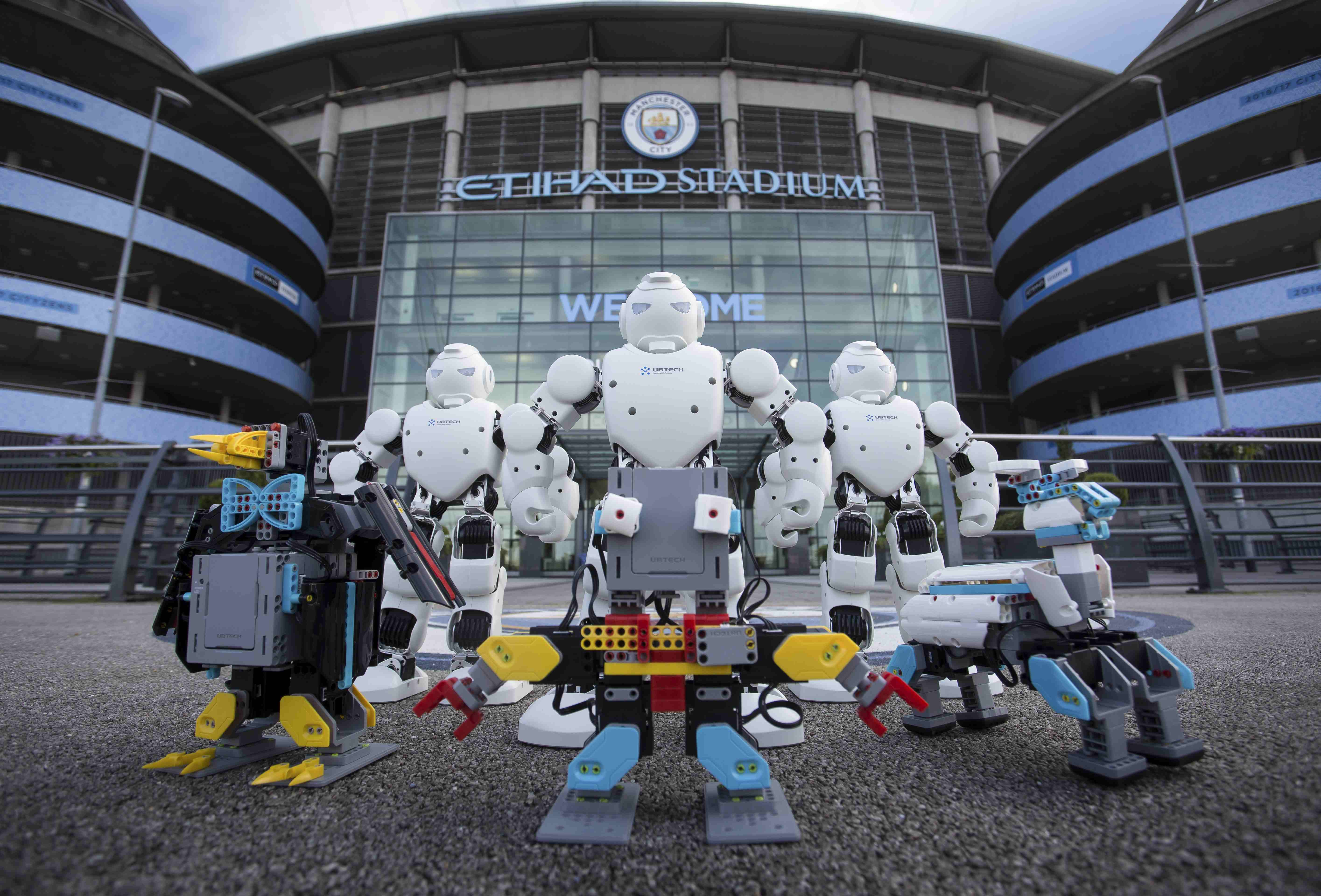 I robot della Ubtech davanti all'Etihad Stadium (Fonte: www.mancity.com)