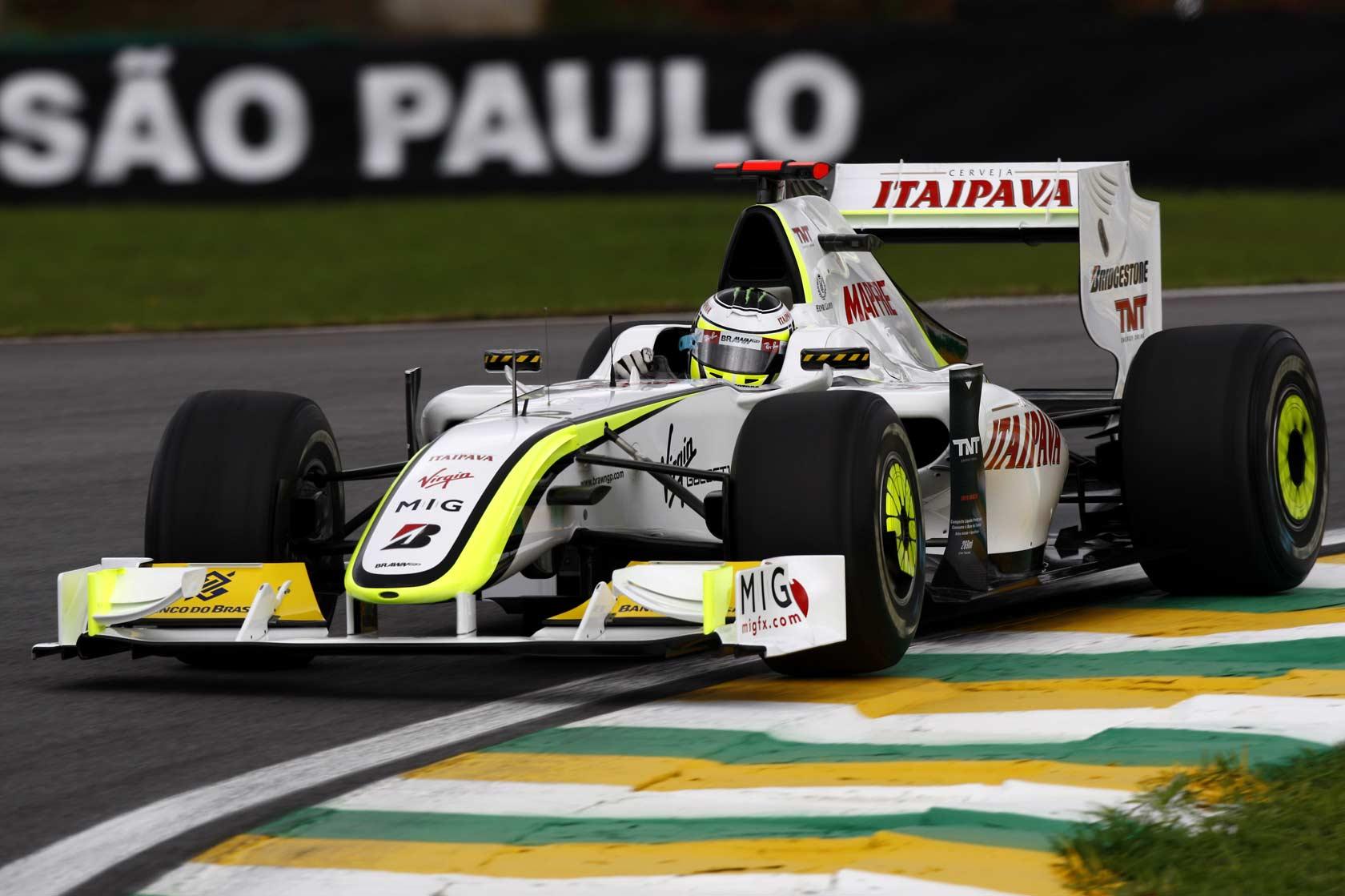 Jenson Button al volante della BrawnGP, durante il GP del Brasile 2009, gara che lo consacrò Campione del Mondo (foto da: f1fanatic.co.uk)