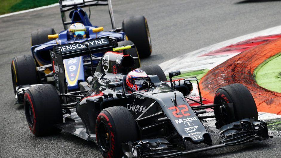 Niente punti, invece, per Jenson Button, nella foto seguito da Ericsson (foto da: f1fanatic.co.uk)