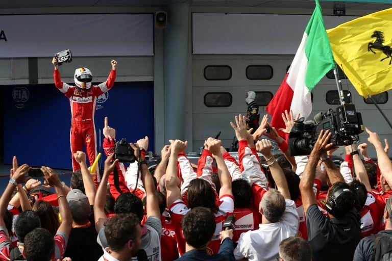 Sebastian Vettel e i meccanici Ferrari festeggiano la vittoria dello scorso anno (foto da: f1grandprix.motorionline.com)