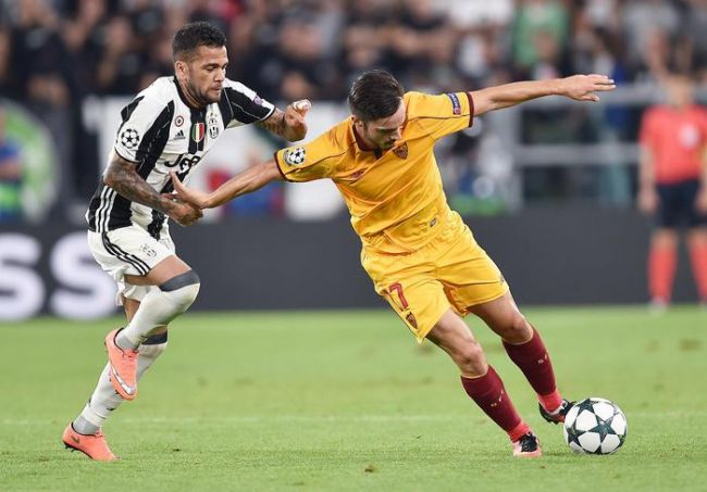 Juventus's Dani Alves, left, and Sevilla's Pablo Sarabia, vie for the ball during the Uefa Champions League soccer match Juventus FC vs Sevilla FC at Juventus Stadium in Turin, Italy, 14 September 2016 ANSA/ALESSANDRO DI MARCO