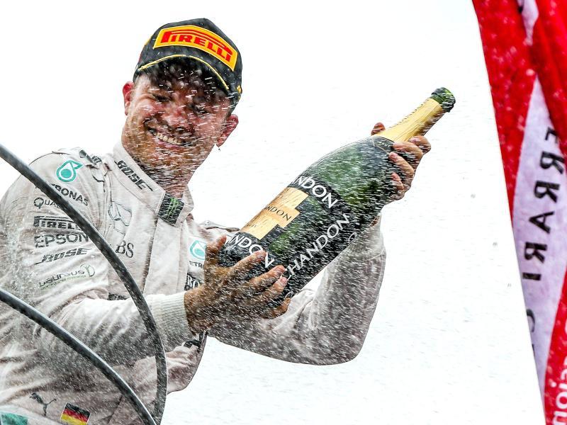 Nico Rosberg alle prese con lo champagne sul podio monzese (foto da: neue-woche.com)