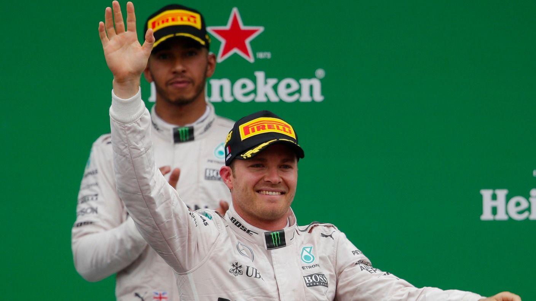 Un Hamilton evidentemente deluso osserva i festeggiamenti di Rosberg (foto da: itv.com)