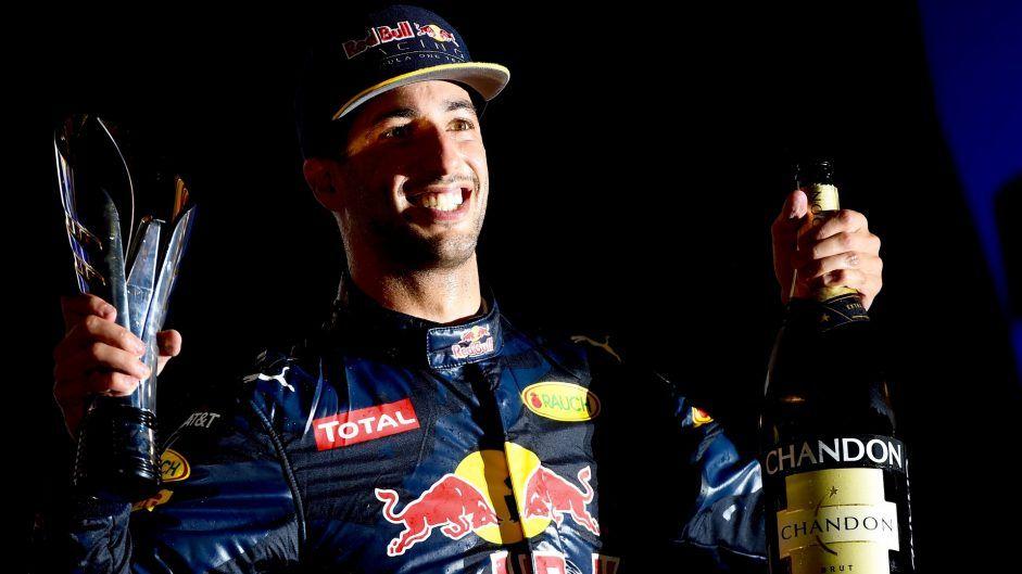 Il sorriso di Daniel Ricciardo sul podio di Singapore. Per l'italo-australiano si tratta del quinto podio del 2016 (foto da: f1fanatic.co.uk)