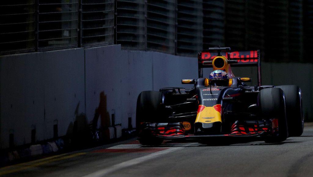 Grande gara di Ricciardo, il quale ha provato fino alla fine a mettere pressione a Rosberg, tanto da arrivargli a meno di mezzo secondo sotto la bandiera scacchi (foto da: motor.es)