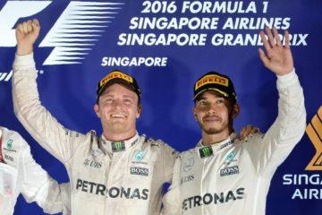 Nico Rosberg e Lewis Hamilton, uno di fianco all'altro sul podio di Marina Bay (foto da: sports.yahoo.com)