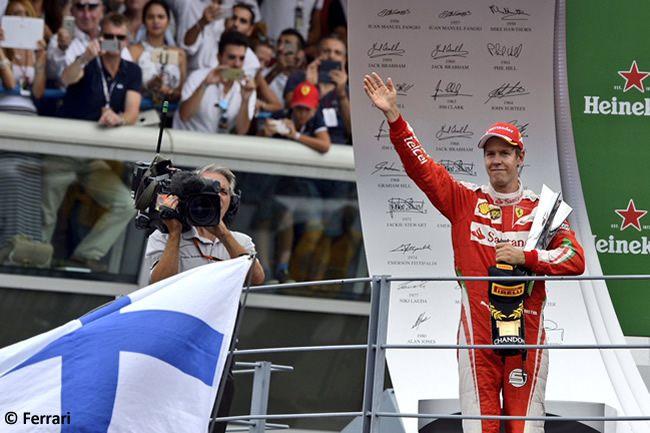 Sebastian Vettel saluta i tifosi, dopo il podio conquistato ieri (foto da: noticias-f1.com)