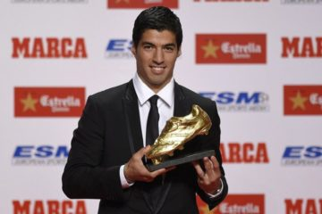 Barcelona's Uruguayan forward Luis Suarez poses after receiving the 2014 Golden Boot, awarded to the European football competition's best goal scorer over the 2013-2014 season, on October 15, 2013 in Barcelona. AFP PHOTO/ LLUIS GENE