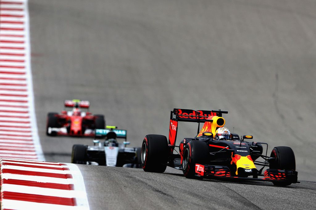 Prime fasi di gara. Daniel Ricciardo (Red Bull) precede Nico Rosberg (Mercedes) e Kimi Raikkonen (Ferrari) (foto da: zimbio.com)