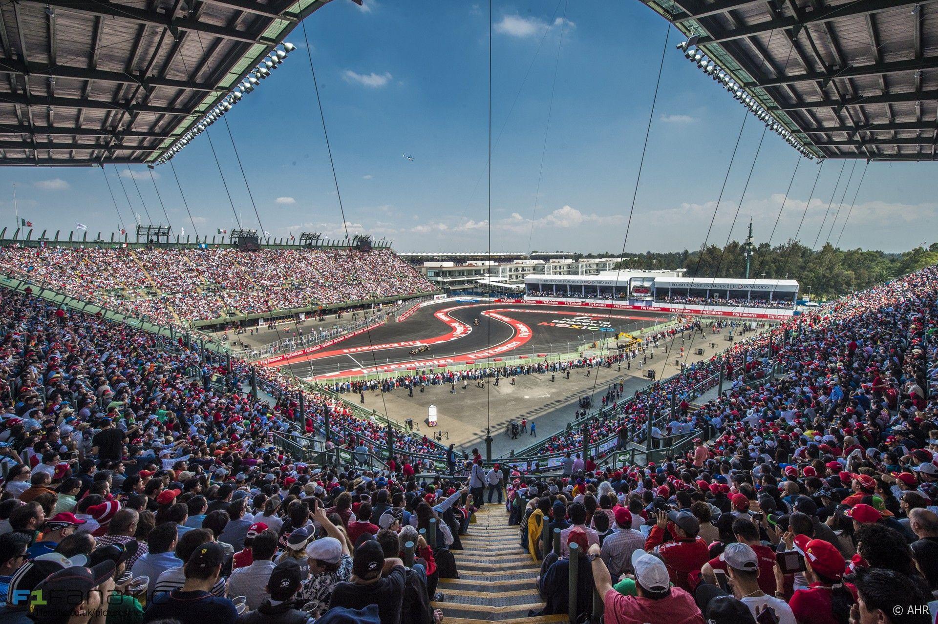Lo splendido colpo d'occhio dello stadio al'interno del circuito di Città del Messico (foto da: f1fanatic.co.uk)
