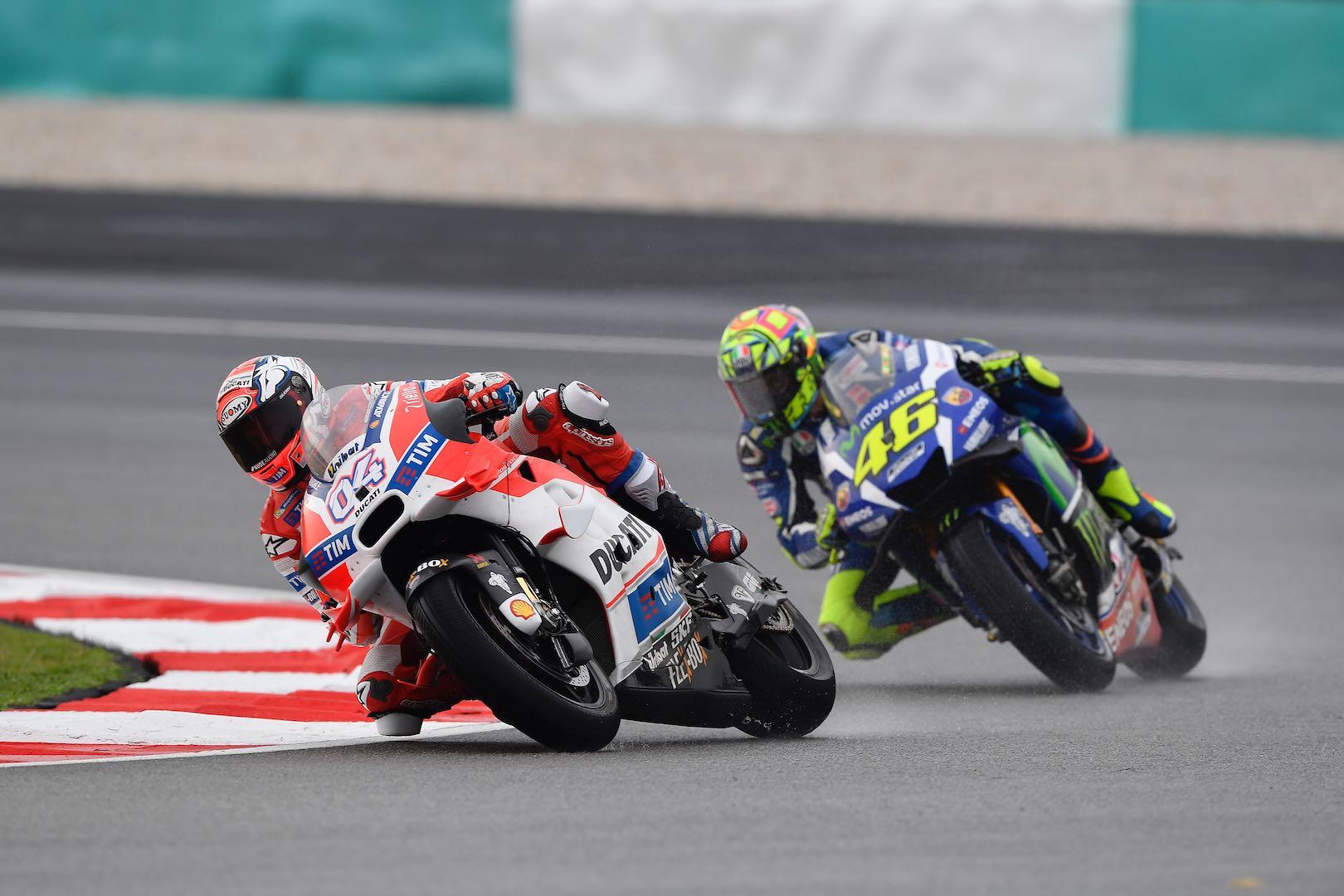 Andrea Dovizioso e Valentino Rossi, durante la gara di oggi (foto da: ultimatemotorciclyng.com)