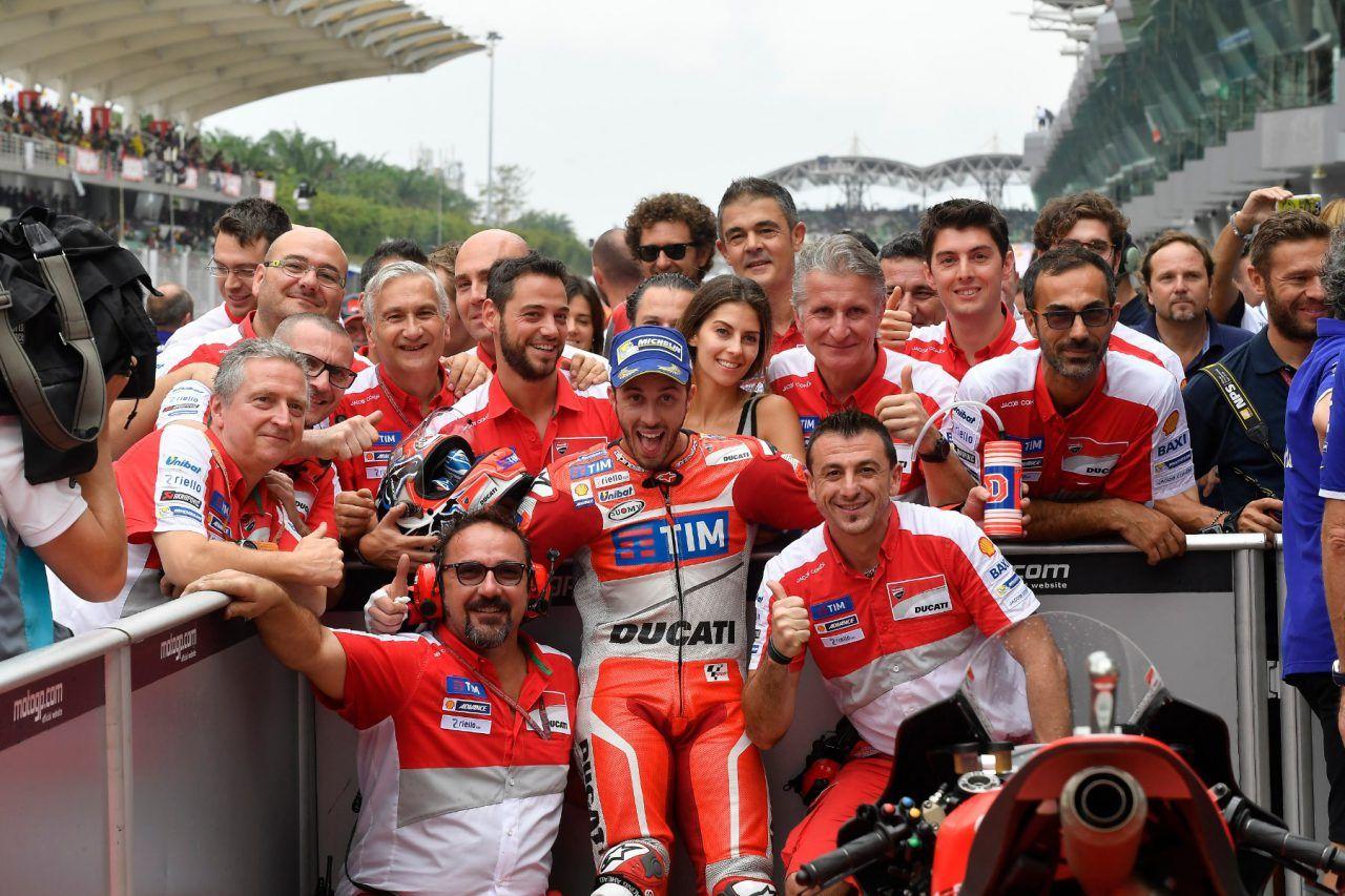 La felicità di Andrea Dovizioso, in posa con i meccanici del Team Ducati (foto da: motofire.com)