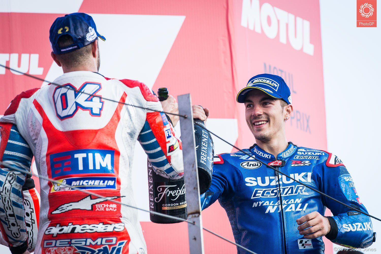 Andrea Dovizioso e Maverick Vinales si complimentano a vicenda sul podio di Motegi (foto da: asphaltandrubber.com/Sam Jones)