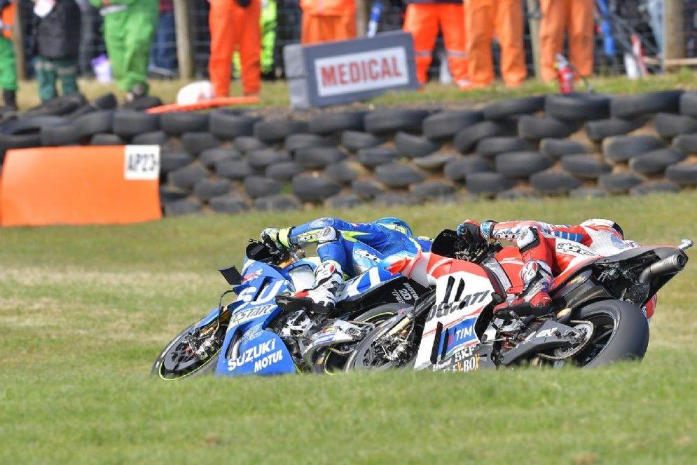 Una fase del duello per il podio tra Aleix Espargaro (Suzuki) e Andrea Dovizioso (Ducati) (foto da: motori.diariodelweb.it)