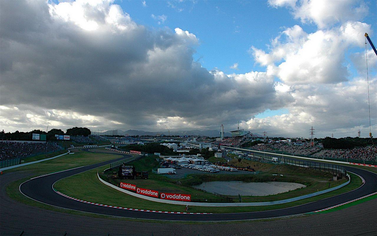 Le prime due curve di Suzuka, con la zona box sullo sfondo (foto da: activenews.ro)