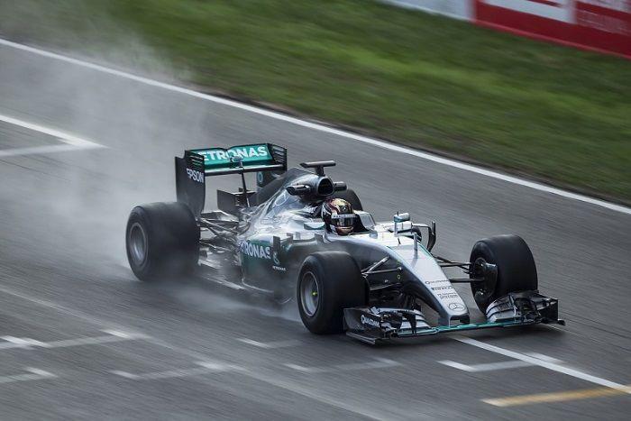 Pascal Wehrlein, durante i test della scorsa settimana, al volante della Mercedes W06 del 2015 modificata per le nuove Pirelli (foto da: autoracing.com.br)