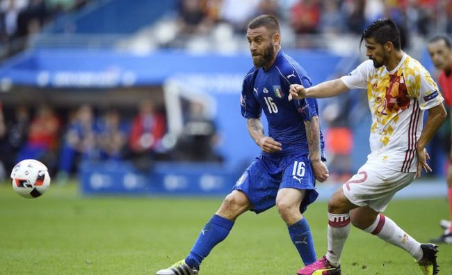 Italy's midfielder Daniele De Rossi (L) vies for the ball against Spain's forward Nolito during Euro 2016 round of 16 football match between Italy and Spain at the Stade de France stadium in Saint-Denis, near Paris, on June 27, 2016.   / AFP / MARTIN BUREAU        (Photo credit should read MARTIN BUREAU/AFP/Getty Images)