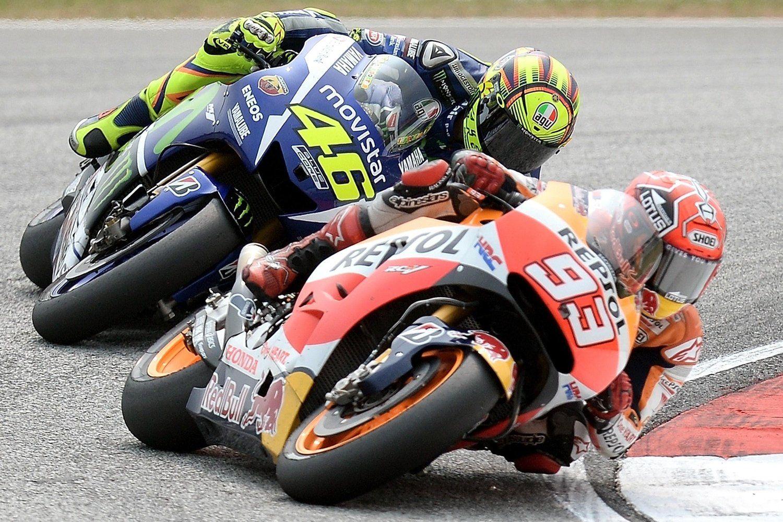 Rossi e Marquez durante la gara dello scorso anno. Un duello conclusosi con il famigerato contatto (foto da: redbull.com/Getty Images)