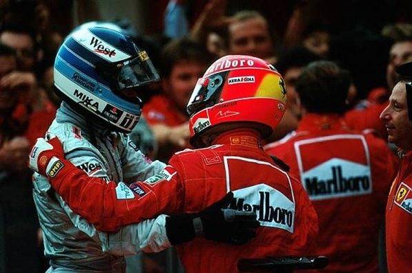 GP del Giappone 2000. Mika Hakkinen rende omaggio al grande rivale, fresco di trionfo (foto da: pinterest.com)