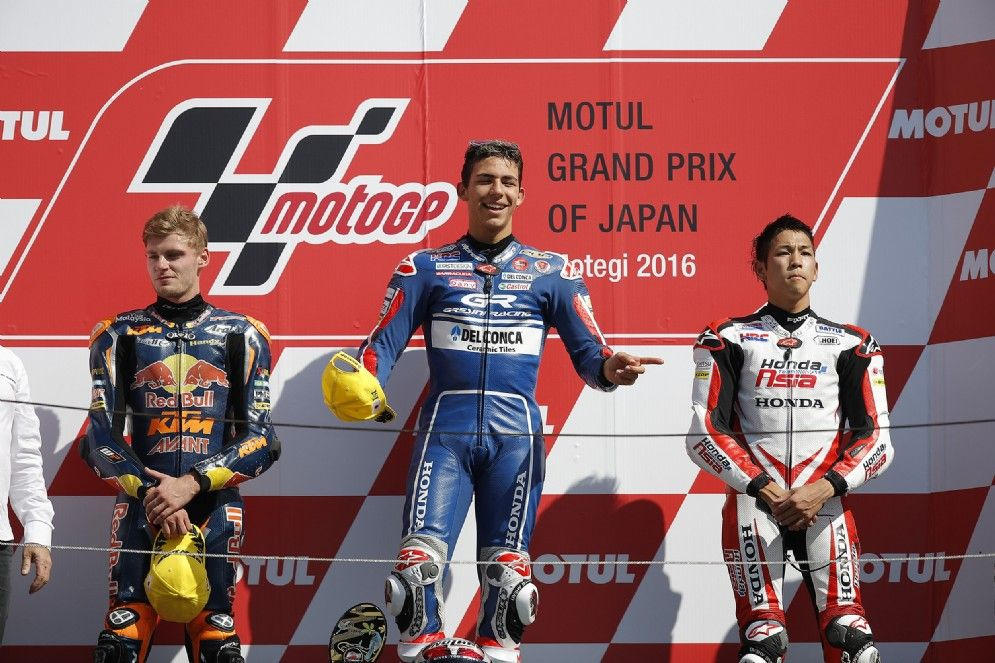 La felicità di Enea Bastianini sul podio di Motegi. Con lui, Binder e Ono (poi squalificato) (foto da: motori.diariodelweb.com)