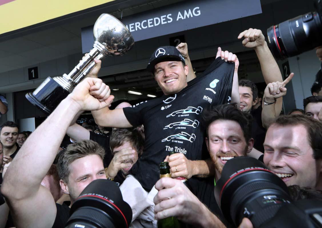 Nico Rosberg portato in trionfo dai meccanici Mercedes, durante i festeggiamenti di Suzuka per il titolo Costruttori (foto da: kpug1170.com)