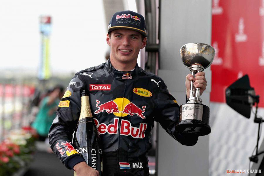 Un sorridente Max Verstappen posa con in mano il trofeo per il secondo posto, ottenuto stamattina a Suzuka (foto da: grandprixradio.nl)