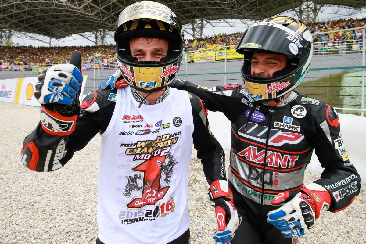 Tutta la felicità di Johann Zarco, confermatosi Campione della classe Moto2 (foto da: moto.caradisiac.com)