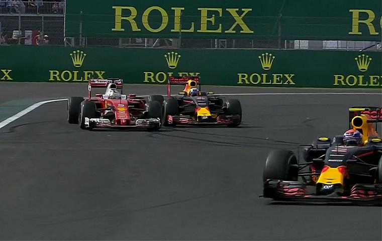 Un istante del magnifico ruota a ruota tra Vettel e Ricciardo, poi sanzionato dai commissari (foto da: thenewswheel.com)