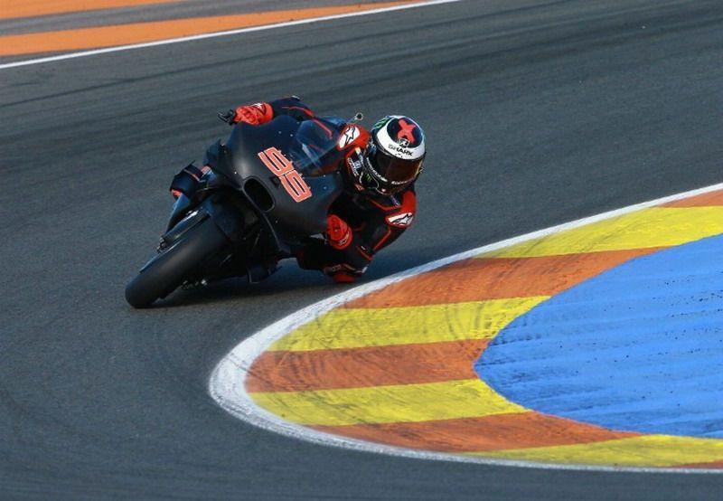 Jorge Lorenzo, alla guida della Ducati a Valencia (foto da: semarangpos.com)