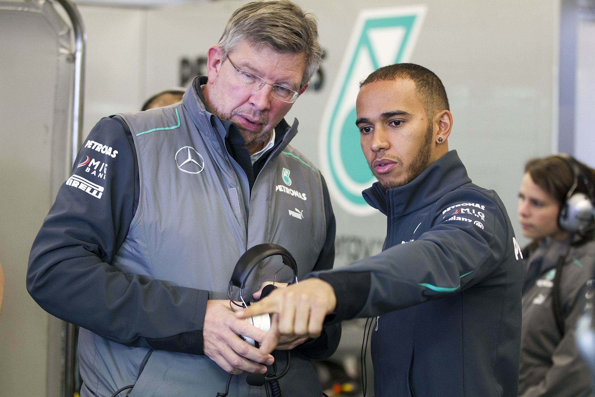 Ross Brawn e Lewis Hamilton durante i test invernali di Jerez nel 2013 (foto da: in4ride.net)
