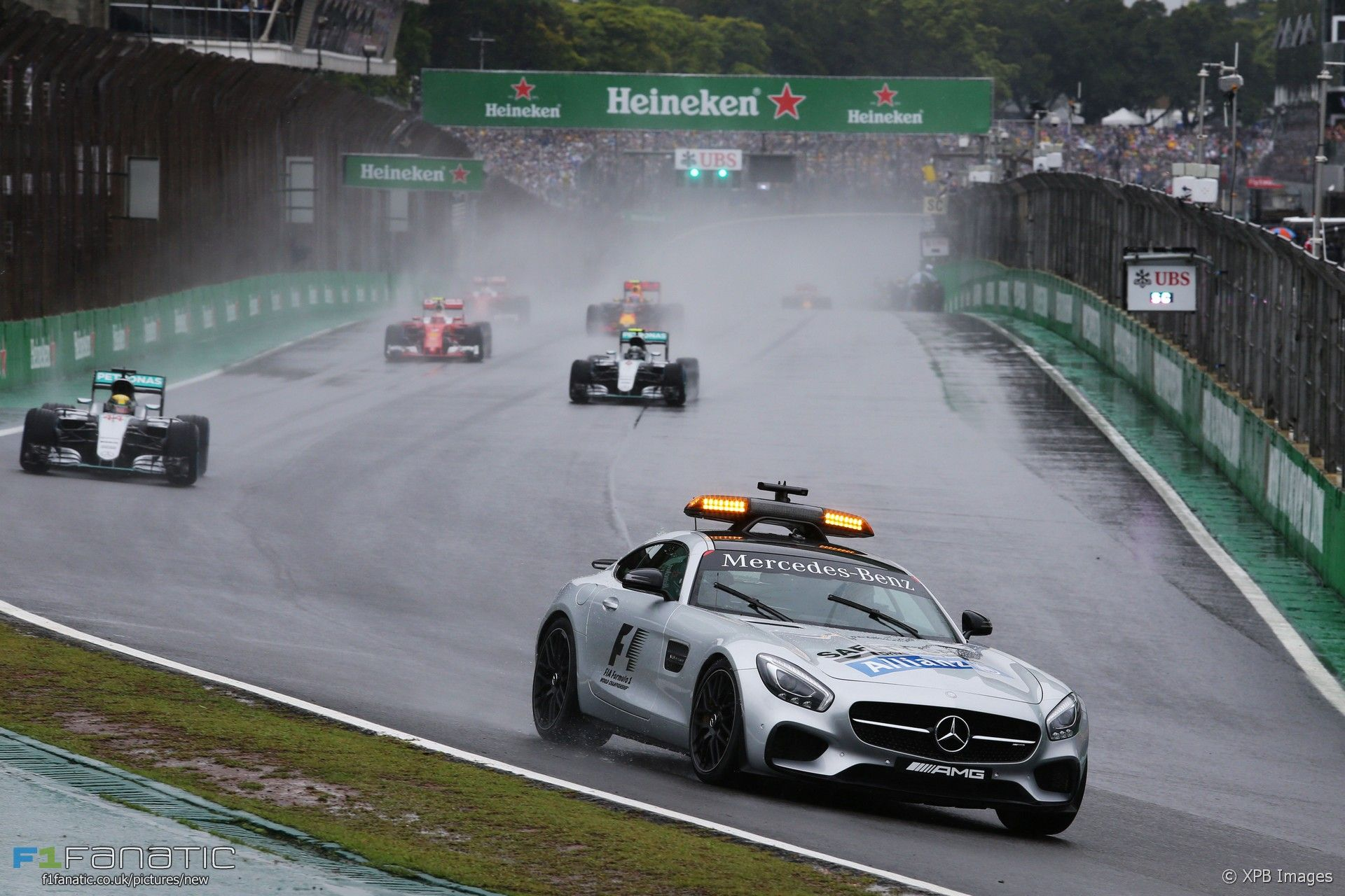 La safety car conduce il gruppo ad Interlagos. Oggi è successo per ben 5 volte (foto da: f1fanatic.co.uk)