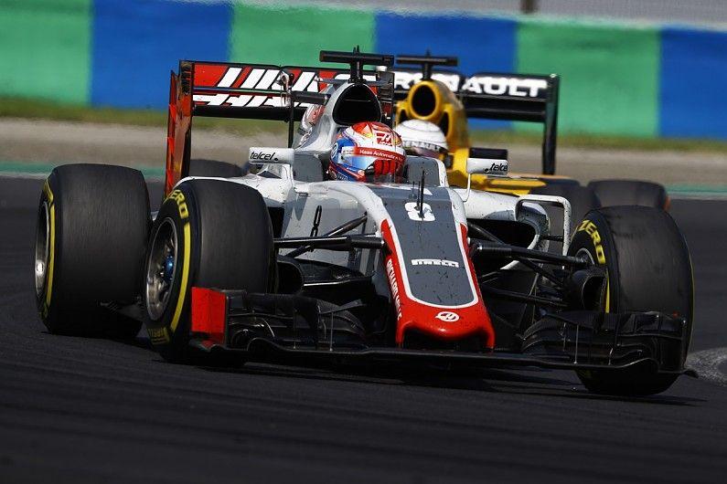 Romain Grosjean (Haas), seguito a breve distanza da Kevin Magnussen (Renault). I due, il prossimo anno, saranno compagni di squadra nel team di Gene Haas (foto da: autosport.com)
