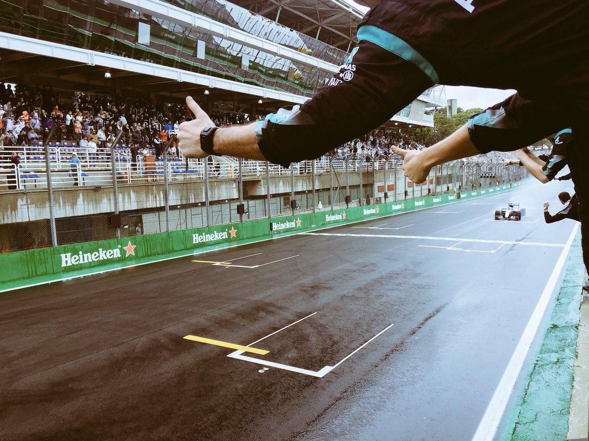 Lewis Hamilton taglia il traguardo del Gran Premio del Brasile in prima posizione (foto da: twitter.com)