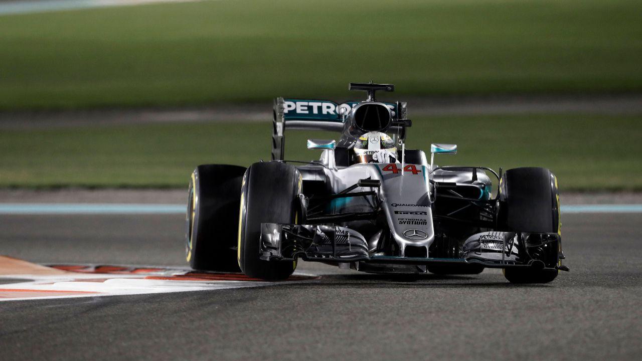 Lewis Hamilton è stato il più veloce sia nella prima che nella seconda sessione di libere del venerdì sul circuito di Yas Marina (foto da: bild.de)