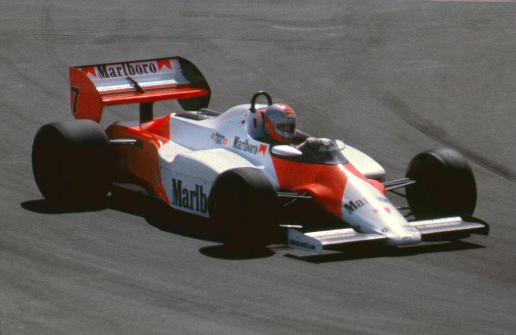 John Watson al volante della McLaren MP4/1B, durante il Gran Premio degli Stati Uniti Ovest del 1983, a Long Beach, gara vinta con la rimonta dei record, da 22° al via a 1° (foto da: f1-history.deviantart.com)