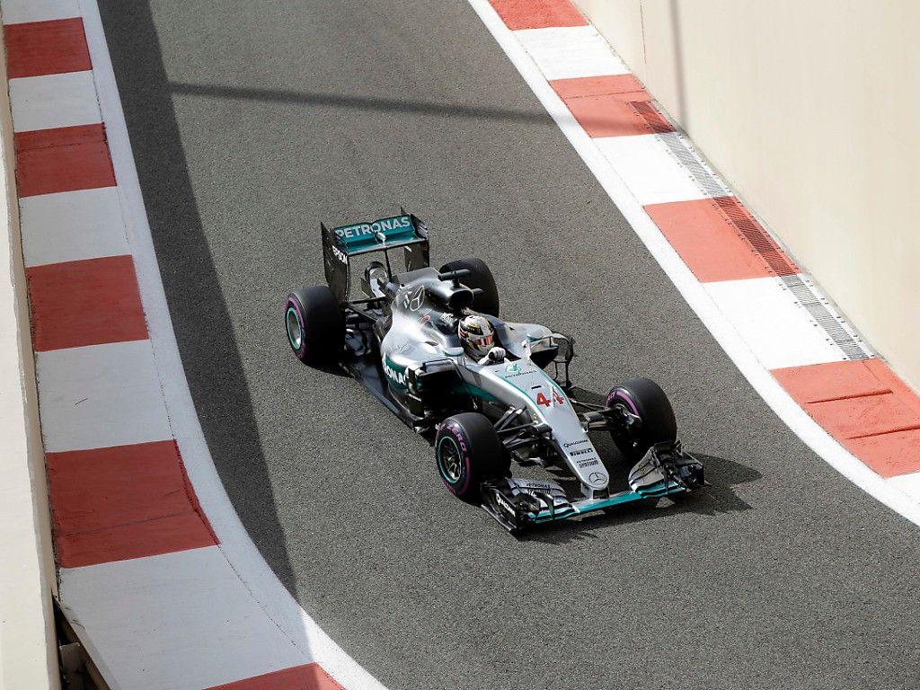 Lewis Hamilton in pitlane, durante le libere di oggi (foto da: bluewin.ch)