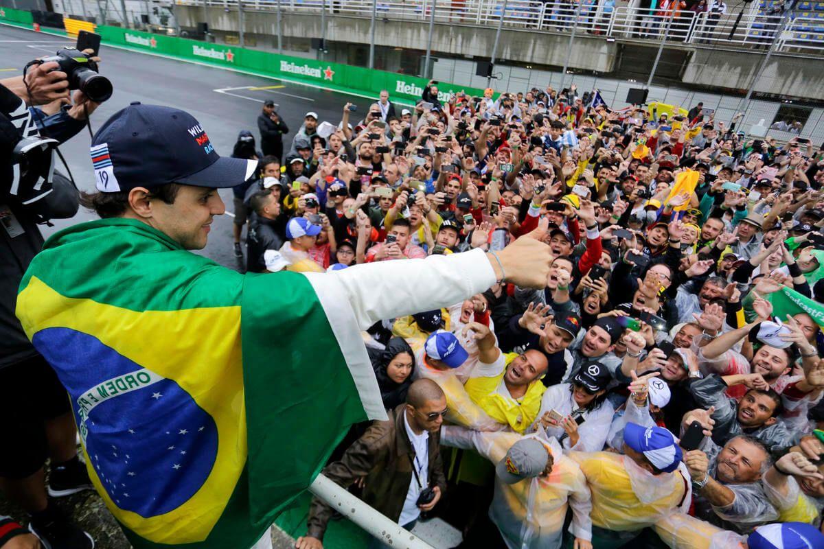Felipe Massa saluta i tifosi brasiliani, dopo la gara della settimana scorsa (foto da: bostonherald.com)