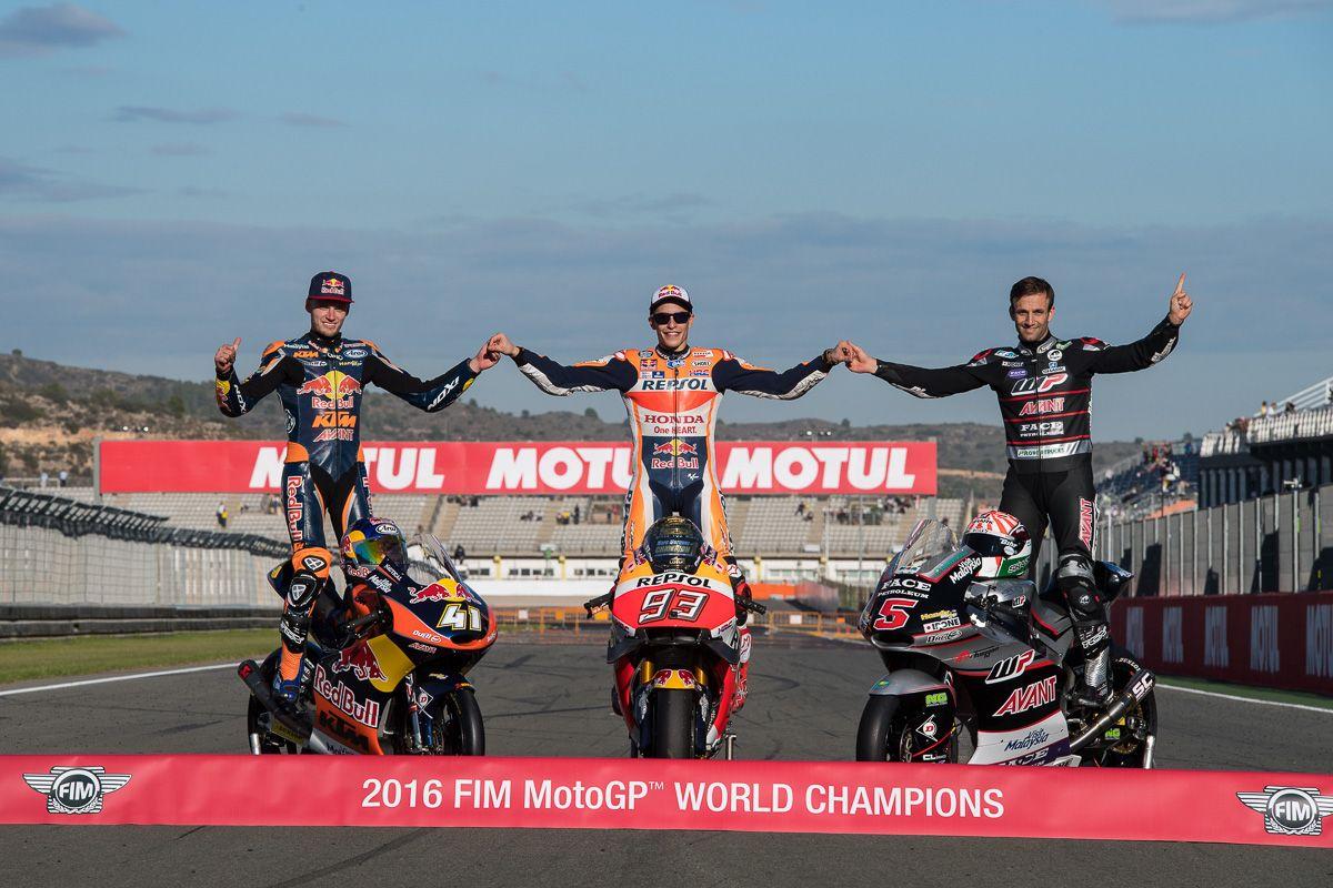 Da sinistra a destra, Brad Binder (campione Moto3), Marc Marquez (campione MotoGP) e Johann Zarco (campione Moto2) (foto da: twitter.com)