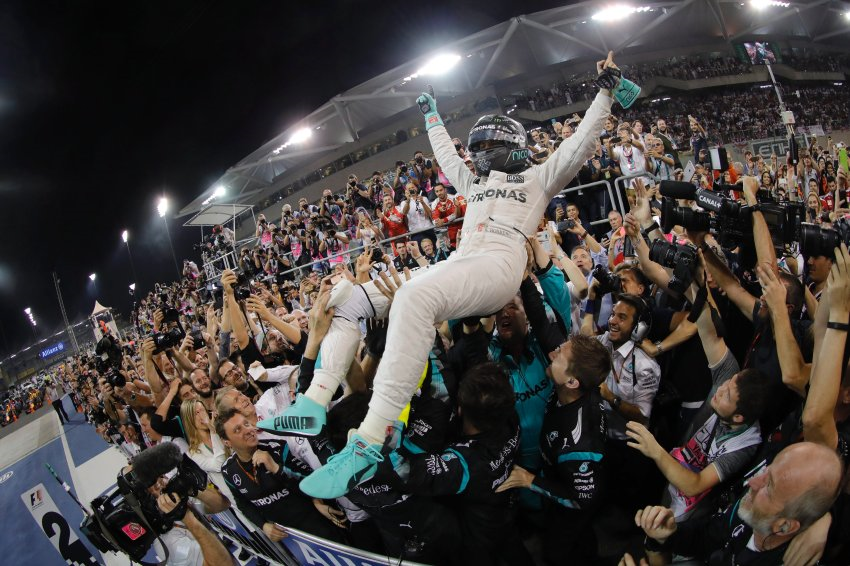 Nico Rosberg, portato in trionfo dai meccanici Mercedes (foto da: spiegel.de)