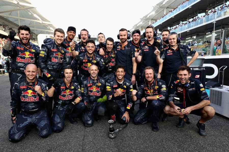 Foto di gruppo per Ricciardo e i suoi meccanici ad Abu Dhabi (foto da: speed-magazine.de)