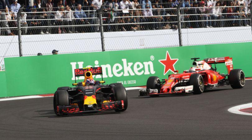 Max Verstappen davanti a Sebastian Vettel, durante il concitato finale del Messico. Cosa succederà in Brasile? (foto da: corrieredellosport.it)