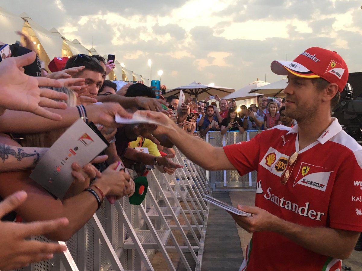 Sebastian Vettel con i fans nel paddock di Yas Marina (foto da: veeoz.com)