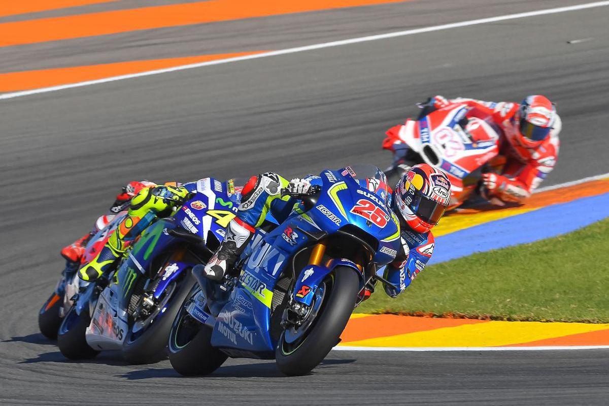 Prime fasi della gara di domenica. In terza posizione, Maverick Vinales (Suzuki) precede Rossi (Yamaha), Marquez (Honda, coperto da Vale) e più indietro Dovizioso (Ducati) (foto da: bikesrepublic.com)