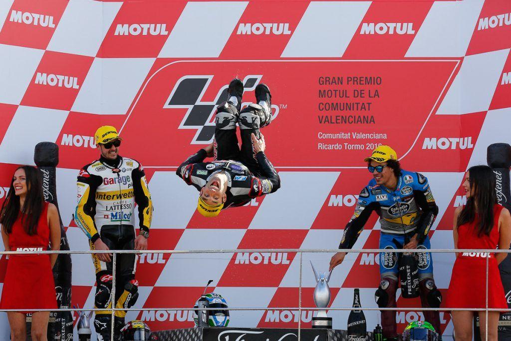 La tipica esultanza di Johann Zarco, dopo la vittoria di Valencia, nella sua ultima uscita in Moto2 (foto da: bikesrepublic.com)