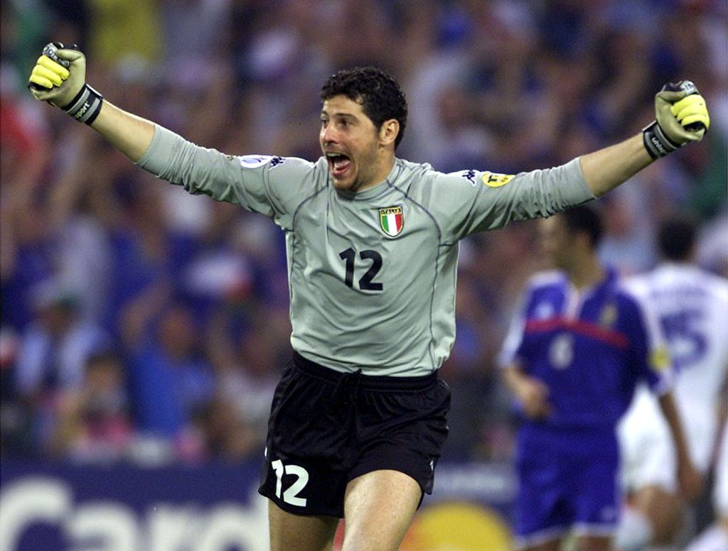 CUP59DD:SPORT-SOCCER-EURO2000:ROTTERDAM,NETHERLANDS,2JUL00 - Italy's goalkeeper Francesco Toldo reacts after his team-mate Marco Delvicchio scored against France during the European Championship final match in Rotterdam July 2.    hrm/Photo by Charles Platiau    REUTERS