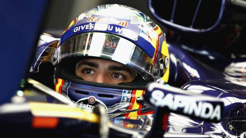 Carlos Sainz, all'interno dell'abitacolo della sua Toro Rosso (foto da: marca.com)